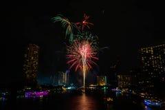 Fuoco d'artificio sul fiume, Bangkok Tailandia fotografie stock libere da diritti