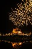 Fuoco d'artificio sulla costruzione tailandese nordica di stile del luang noioso di Kham in tempio reale della flora Immagini Stock