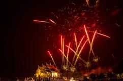 Fuoco d'artificio sulla costruzione tailandese nordica di stile del luang noioso di Kham in tempio reale della flora Immagine Stock Libera da Diritti