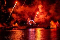 Fuoco d'artificio sulle riflessioni di illuminazioni di terra in Epcot a Walt Disney World Resort 11 fotografia stock