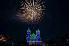Fuoco d'artificio variopinto con vergine Maria nel Natale Fotografie Stock