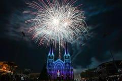 Fuoco d'artificio variopinto con vergine Maria nel Natale Immagine Stock