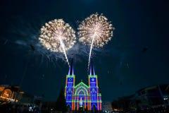 Fuoco d'artificio variopinto con vergine Maria nel Natale Immagini Stock Libere da Diritti
