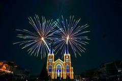 Fuoco d'artificio variopinto con vergine Maria nel Natale Fotografia Stock