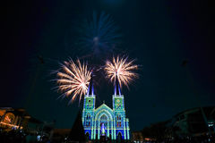 Fuoco d'artificio variopinto con vergine Maria nella notte di Natale Fotografie Stock Libere da Diritti