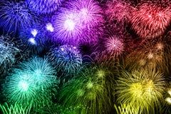 Fuoco d'artificio variopinto di anno di anni del fondo dei fuochi d'artificio di notte di San Silvestro illustrazione di stock