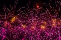 Fuoco d'artificio variopinto, sfere d'ardore multicolori e stelle tremule, fuochi d'artificio Fondo di festa per tutto il festivo Fotografia Stock