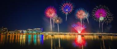 Fuoco d'artificio variopinto sopra il lago Tempe immagini stock libere da diritti