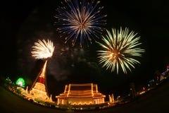 Fuoco d'artificio variopinto sulla notte alla pagoda di Phra Samut Chedi in Thailan Immagine Stock Libera da Diritti
