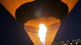 Fuoco dal bruciatore del getto di gas in mongolfiera stock footage