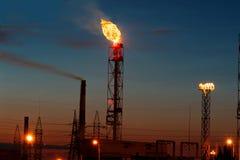 Fuoco dalla produzione di petrolio del tubo, del gas e del ` s della fabbrica Immagini Stock