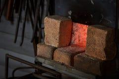 Fuoco del forno del fabbro in officina per metallo che heeting fotografia stock libera da diritti