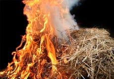 Fuoco della paglia con le fiamme arancio Fotografie Stock