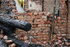 Fuoco della residenza con il crollo del tetto Immagine Stock Libera da Diritti