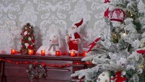 Fuoco dello scaffale del carrello sparato dell'albero di Natale al camino decorato stock footage