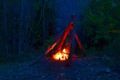 Fuoco di accampamento alla notte Fotografie Stock