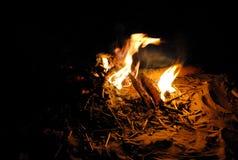 Fuoco di accampamento alla notte Immagini Stock Libere da Diritti