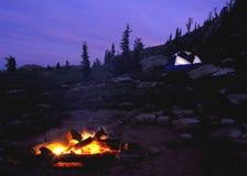Fuoco di accampamento con la tenda Immagini Stock