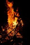 Fuoco di accampamento con le grandi fiamme Fotografia Stock Libera da Diritti