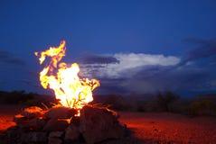 Fuoco di accampamento davanti alla tempesta di deserto Immagini Stock