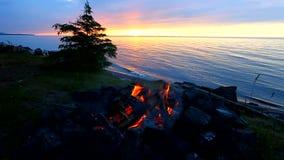 Fuoco di accampamento della spiaggia del superiore di lago stock footage