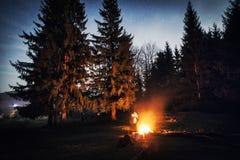 Fuoco di accampamento durante la notte Immagini Stock Libere da Diritti