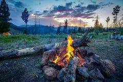 Fuoco di accampamento in platte del sud Colorado fotografie stock libere da diritti