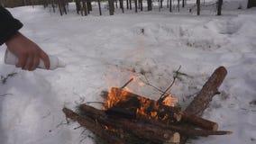 Fuoco di accampamento, preparante i tizzoni per la griglia, fine sul colpo video d archivio