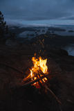 Fuoco di accampamento sopra la vista costiera sulla baia nella sera Fotografie Stock