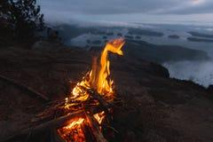 Fuoco di accampamento sopra la vista costiera sulla baia nella sera Fotografia Stock