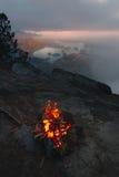 Fuoco di accampamento sopra la vista costiera sulla baia nella sera Fotografia Stock Libera da Diritti