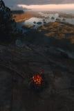 Fuoco di accampamento sopra la vista costiera sulla baia nella sera mentre tramonto Fotografia Stock Libera da Diritti