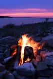 Fuoco di accampamento sul lago Fotografia Stock Libera da Diritti