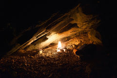 Fuoco di accampamento in una caverna fotografie stock