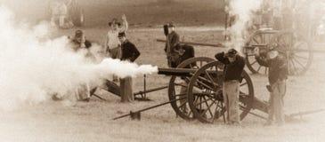 Fuoco di cannone rumoroso durante la guerra civile Fotografie Stock Libere da Diritti