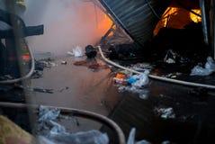 Fuoco di costruzione Il mercato locale è su fuoco fotografia stock libera da diritti