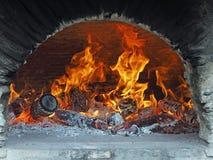 Fuoco di legno in un forno del pane Fotografia Stock