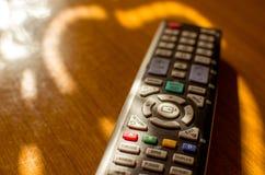 Fuoco a distanza della TV sul bottone DI RITORNO fotografie stock
