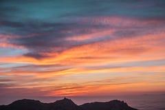 Fuoco dorato del cielo spettacolare di tramonto al picco dell'arenaria, Malibu Fotografia Stock Libera da Diritti