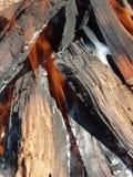 Fuoco e fumo che sfuggono dalla legna da ardere Fotografia Stock Libera da Diritti