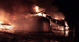 Fuoco enorme che arde nella costruzione commerciale archivi video