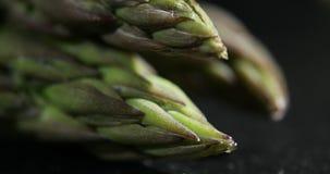 Fuoco lento dello scaffale dell'asparago verde video d archivio