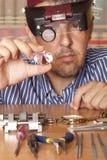Fuoco maschio del gioielliere sul diamante Fotografia Stock