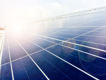 Fuoco molle dei pannelli solari o delle pile solari sul tetto della fabbrica o terrazzo con la luce del sole, industria in Tailan Fotografia Stock