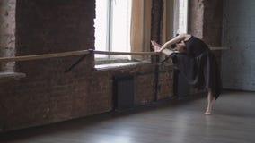 Fuoco molle del ballerino castana che fa stratching al rallentatore stock footage