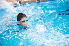 Fuoco molle sul giovane bambino asiatico felice con gli occhiali di protezione di nuotata fotografia stock libera da diritti