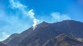 Fuoco in montagna calva Utah sotto cielo blu vivo fotografie stock libere da diritti