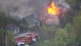 Fuoco nella casa, camion dei vigili del fuoco su fuoco stock footage