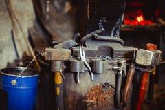 Fuoco nella fornace nella fucina, strumenti Immagini Stock