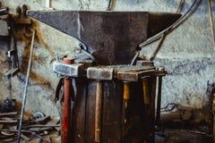 Fuoco nella fornace nella fucina, strumenti Immagine Stock